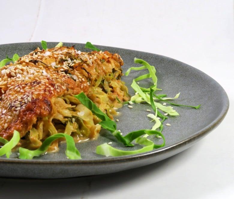 Bagt torsk med spidskål og krydret flødesauce