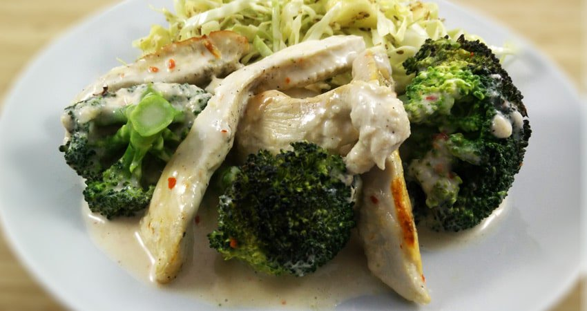 Cremet kylling i broccolifad