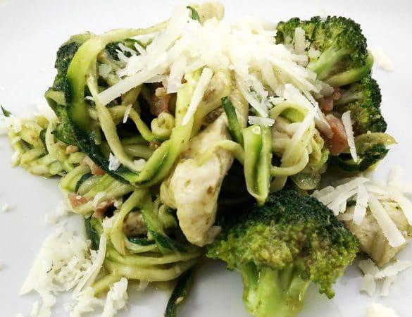 Squashspaghetti med kylling og broccoli