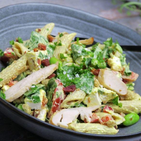 Cremet pastasalat med karry, kylling og bacon