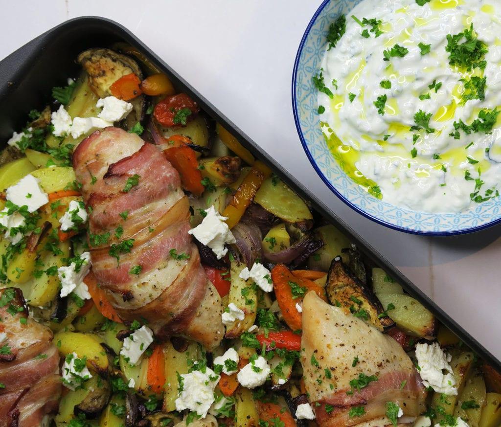 Kylling i fad på græsk bund af grøntsager