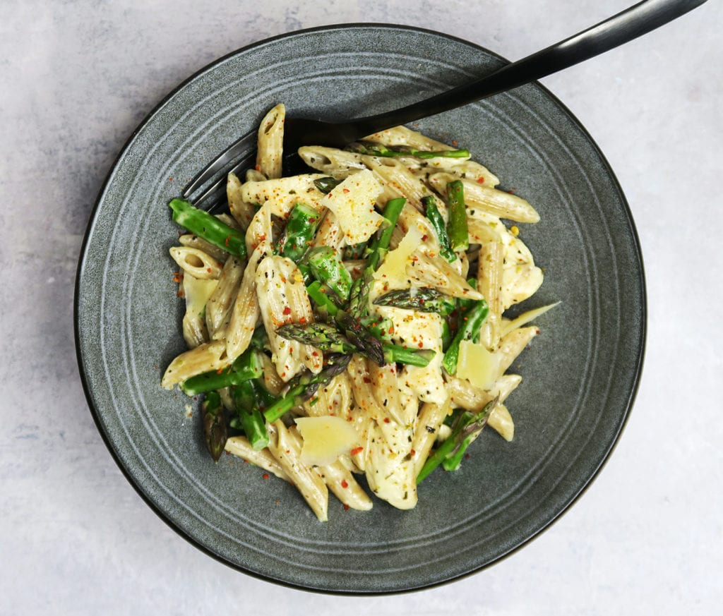 Pasta i cremet parmesansovs med asparges og kylling