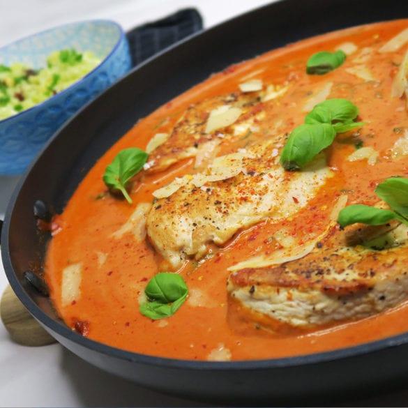 Kylling i cremet tomatflødesovs