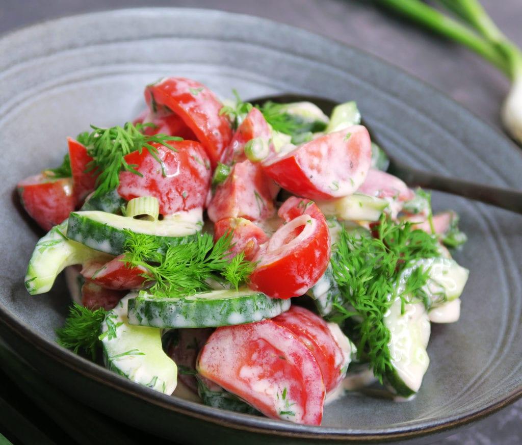 Sommersalat med tomat og agurk i dilddressing