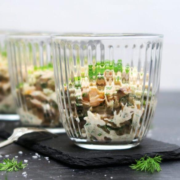 Lakserilette med varmrøget laks og krydderurter
