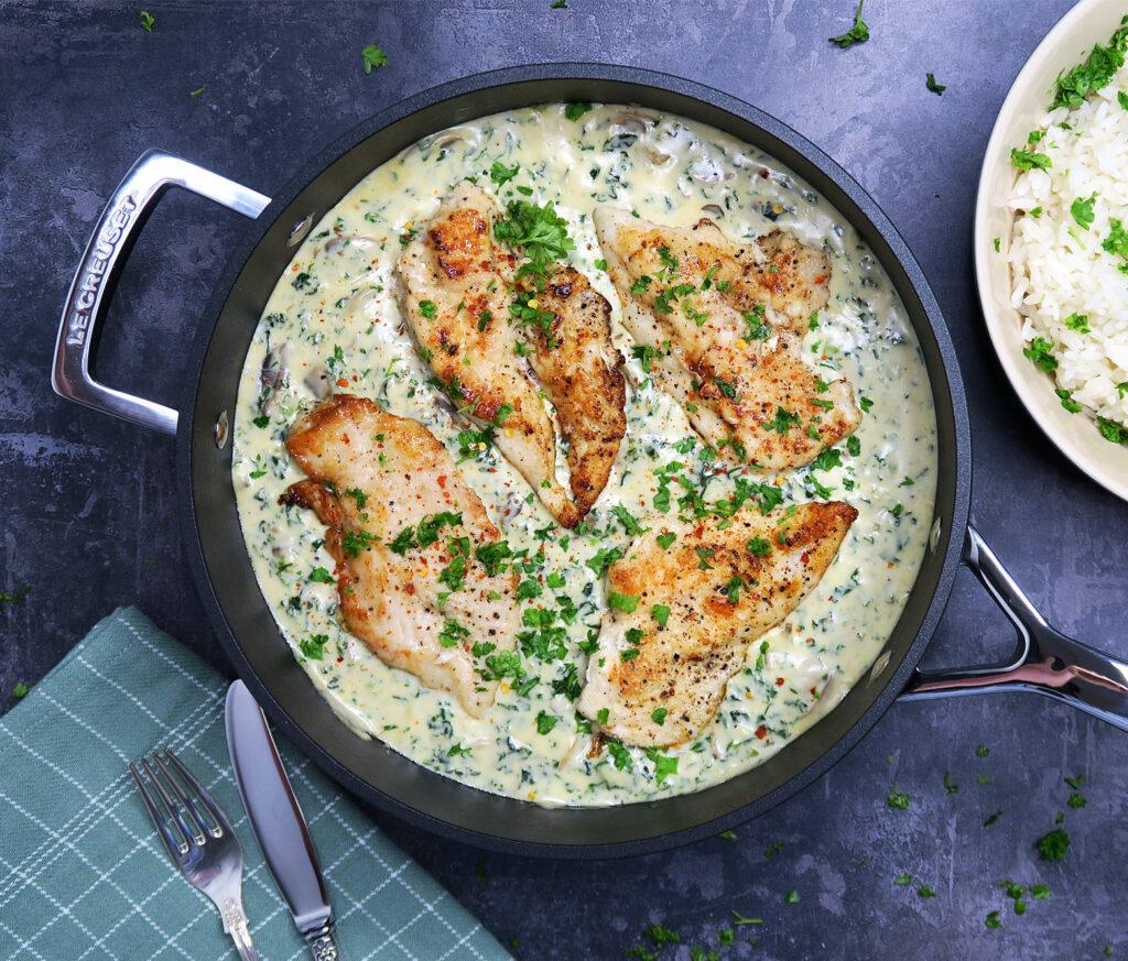 Kyllingebryst i cremet svampesovs med spinat