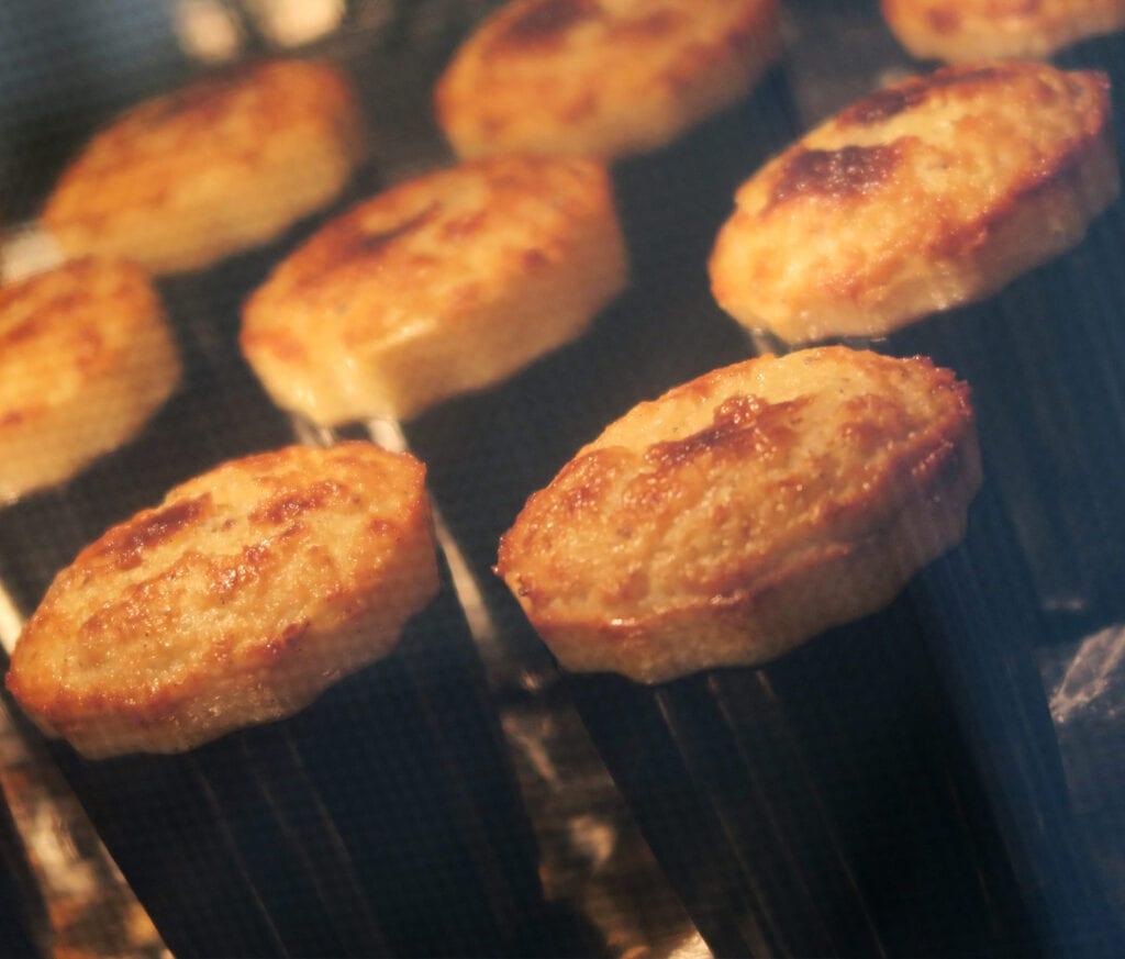 Bagning af caneléer i ovn