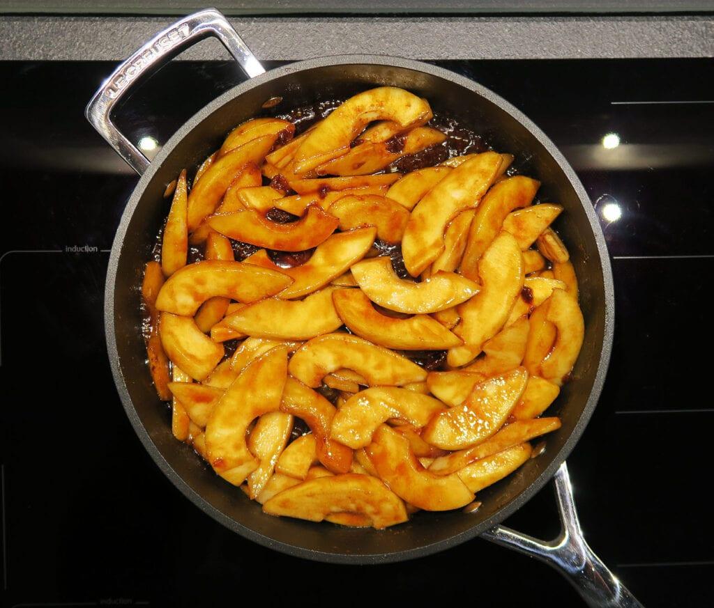 Her brunes pærerne i det smeltede sukker