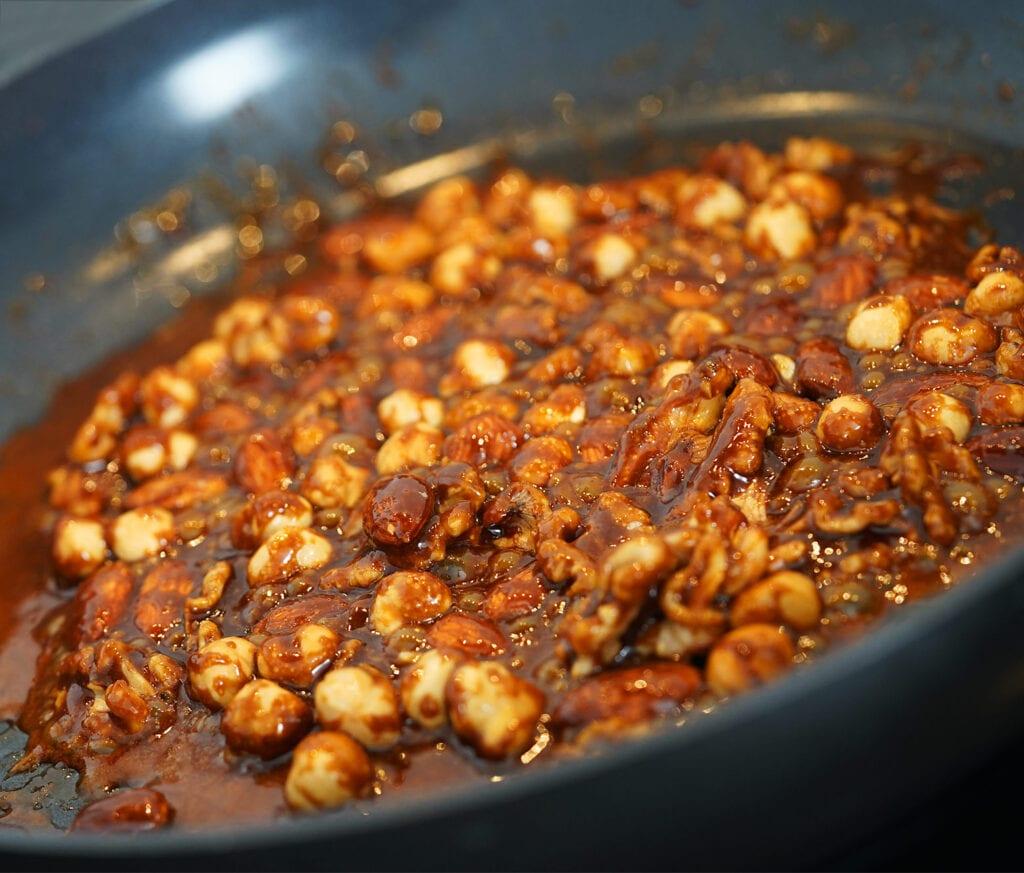 Tilberedning af karamelliserede nødder