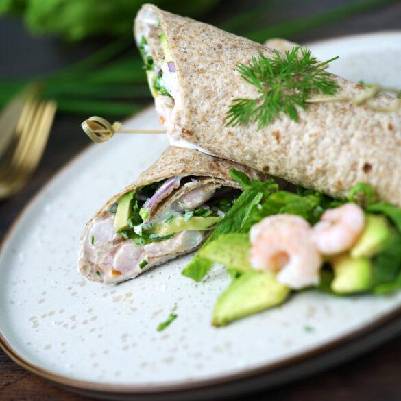Wrap med varmrøget laks og avocado